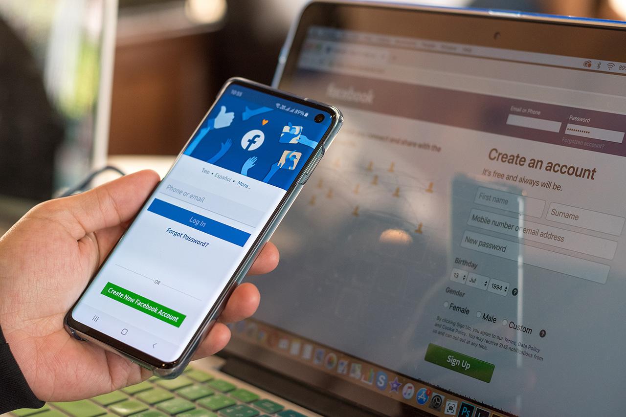 facebook-login-page-mobile-and-desktop
